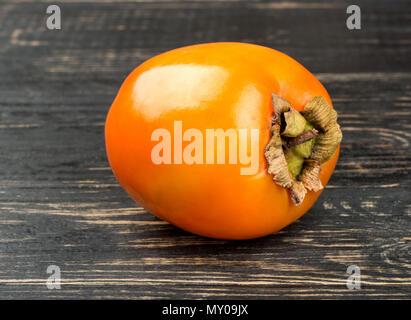 Deliziosa frutta cachi sul tavolo scuro closeup Foto Stock