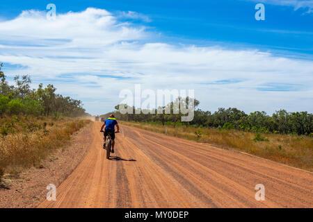 Un ciclista in sella a una fatbike nel Gibb Challenge 2018 sulla Gibb River Road WA Kimberley Australia