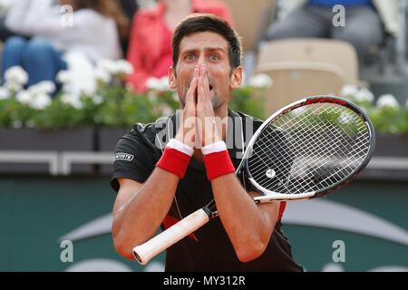 La Serbia il Novak Djokovic reagisce dopo aver perso un colpo contro l'Italia Marco Cecchinato nel tie break del quarto set di loro quarterfinal corrispondono all'aperto francese del torneo di tennis a stadio Roland Garros di Parigi, Francia, martedì 5 giugno 2018. (Foto di AP/Christophe Ena )