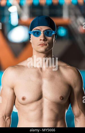 Bello nuotatore muscolare in cuffia per la piscina e gli occhiali di  protezione Foto Stock 9930b4f9b3d6