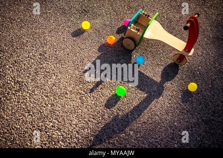 Vista dall'alto in elegante legno vintage colorato in bicicletta e in tante piccole sfere sull'asfalto, all'aperto il divertimento per bambini, infanzia felice conc Foto Stock