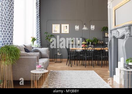 Parete Dietro Divano Grigio : Foto reale di un divano grigio bianco e nero con cuscini in un