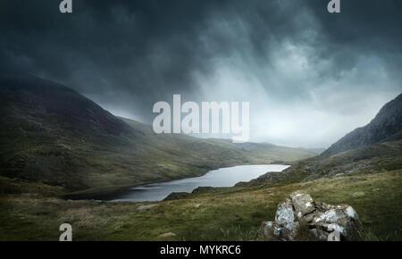 Un luogo di miti e leggende. Wild condizioni meteorologiche e terreno per buona avventure. Laghi e Montagne Paesaggio. Foto composite. Foto Stock
