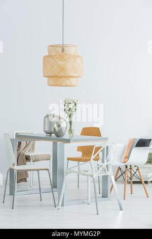Sala comune con tavoli e sedie, lampadari, Carrello da