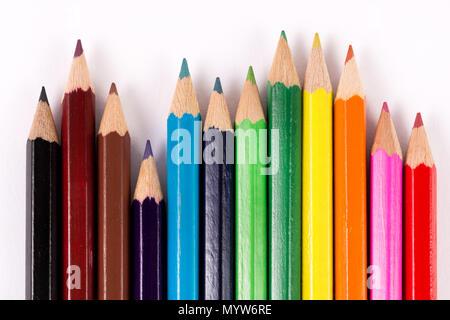 ... Set di matite colorate e pastelli isolati su sfondo bianco. Educazione  e arte concetto. ad1094725e1