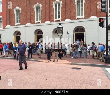 Washington, Distretto di Columbia, Stati Uniti d'America. Xv Apr, 2015. I visitatori per il Teatro di Ford in occasione dell'anniversario della Lincoln morte del credito: Thomas Marchessault1/StockimoNews/Alamy Live News