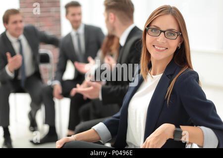Attraente lavoratore di ufficio in piedi Foto Stock