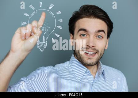 Creative web developer sentirsi felice mentre ottenere un'idea insolita Foto Stock