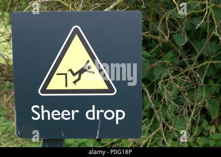 Pericolo di caduta improvvisa Cartello in metallo triangolo di avvertenza di colore giallo con il simbolo dell'uomo cadere dalla cima di una scogliera.