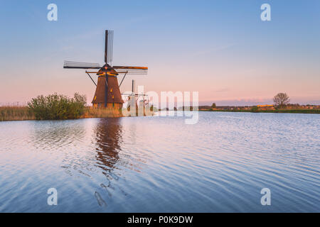 Il mulino a vento si riflette nel canale Kinderdijk Rotterdam South Holland Olanda Europa Foto Stock