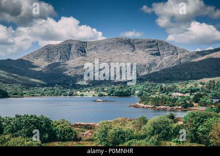 La Scenic i campi e il mare come visto dalla strada che conduce a Healy pass, dal villaggio di Adrigole, situato sulla penisola di Beara nella contea di Cork. Foto Stock
