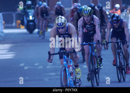 Leeds, Regno Unito. Il 10 giugno 2018. Leo Bergere, numero 9, della Francia e Jonny Brownlee, numero 18, della GBR, durante il bike sezione del ITU World Series Triathlon Leeds mens' dell'evento. Credito: Jonathan Sedgwick/ Alamy Live News. Foto Stock