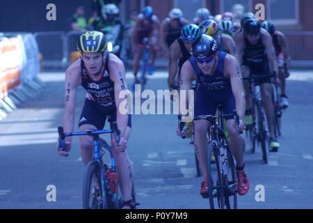 Leeds, Regno Unito. Il 10 giugno 2018. Jonny Brownlee, numero 18, di GBR e Ben Kanute, numero 31 di Stati Uniti d'America, durante il bike sezione del ITU World Series Triathlon Leeds mens' dell'evento. Credito: Jonathan Sedgwick/ Alamy Live News. Foto Stock