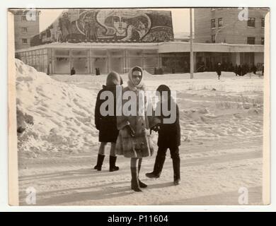 Unione Sovietica - Circa ottanta: Vintage foto mostra la ragazza pone sulla strada in inverno. Foto Stock