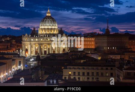 Roma, Italia - 24 Marzo 2018: la Basilica di San Pietro e la Città del Vaticano sono accese fino al tramonto. Foto Stock