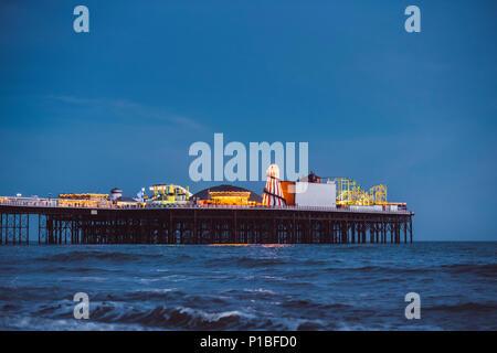 Il Brighton Pier di notte, Brighton, Inghilterra Foto Stock