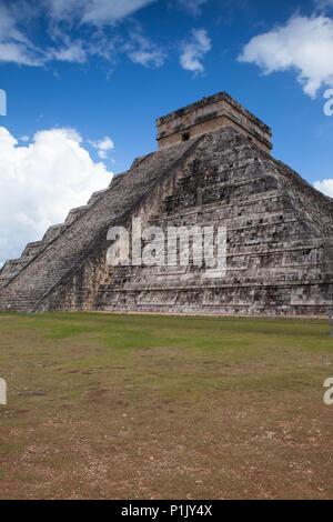 Le maestose rovine in Chichen Itza,Messico.Chichen Itza è un complesso di rovine Maya. Un enorme passo piramide, conosciuta come El Castillo o tempio di Kukulcan, fare Foto Stock