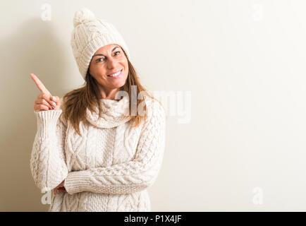 Regno Unito · Medioevo donna che indossa la lana Cappello invernale molto  felice rivolto con la mano e le 6ffad1e6be8a
