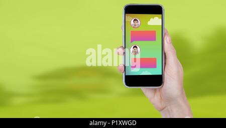 Applicazione messaggistica sul telefono in mano con profili di chat Foto Stock