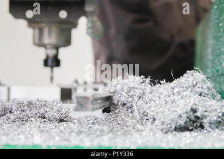 Macchina industriale in fabbrica e trucioli di metallo a metallo-fabbrica di lavoro Foto Stock