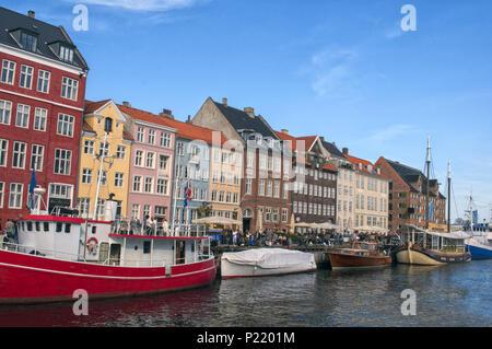 La vita notturna nel molo di Nyhavn con colore edifici, navi e yacht e altre imbarcazioni nella città vecchia di Copenhagen, Danimarca. La Scandinavia. L'Europa. Foto Stock
