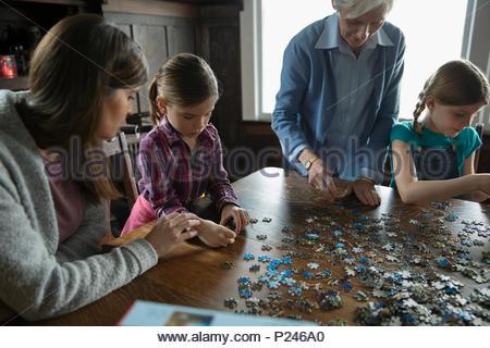 Multi-generazione di donne assemblaggio di puzzle Foto Stock