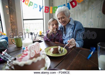 Nonna e nipote festeggia il compleanno, torta di condivisione Foto Stock