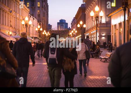 Mosca, Russia - 21 Settembre 2017: Persone e storico edificio decorato da una luce calda a Arbat walking street durante il crepuscolo. Foto Stock