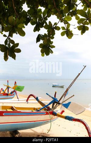 I tradizionali colorati di barche da pesca in spiaggia Sanur Denpasar, Bali, Indonesia Foto Stock