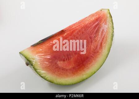 Il cibo fresco, frutta, ciascuno singolarmente confezionati in plastica tutto il cibo è disponibile nello stesso supermercato anche senza imballaggio plastico, watermel Foto Stock