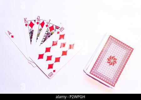 Giocando a carte con la mano vincente di un Royal Flush nel poker con diamanti - Rosso Pack Foto Stock