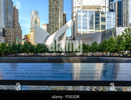 L'occhio al One World Trade Center con la 911 Memorial in primo piano. Foto Stock