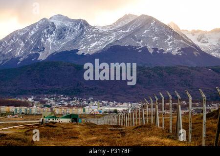 Arti marziali montagne, con il Ghiacciaio Marziale all'estrema destra, si affacciano sulla città di Ushuaia. La foresta mostra i colori dell'autunno. Foto Stock