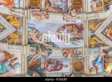 Roma, Italia - 29 Giugno 2017: Cappella Sistina soffitto, creazione scena, Musei Vaticani, Roma, Italia. Foto Stock