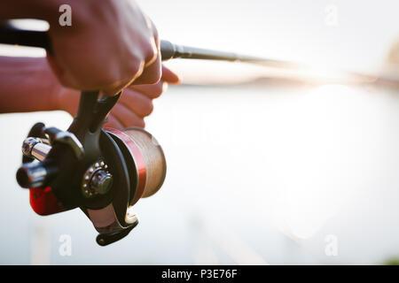 Pesca, hobby e concetto di ricreazione - pescatori Foto Stock