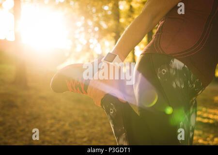 Senior donna pratica di esercizio nel parco Foto Stock