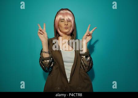 Elegante ragazza rendere divertente faccia su sfondo blu