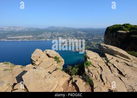 In cima alla scogliera e bordo scogliera di Cap Canaille con vista su Cassis & Costa Mediterranea dalla Route des Crêtes Provence Francia Foto Stock