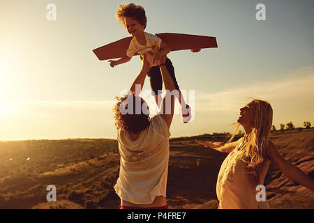 Famiglia giocando in natura al tramonto Foto Stock