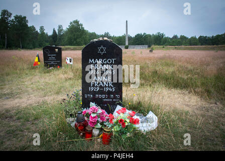 Memorial per Margot e la casa di Anne Frank all'ex Bergen-Belsen entrambi sono morti di tifo ci in febbraio o marzo 1945 appena prima della sua liberazione. Foto Stock