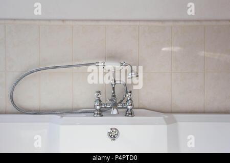 Vasca Da Bagno Vintage : Vintage rubinetto vasca da bagno e doccia foto & immagine stock