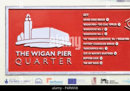 Segno per il Wigan Pier trimestre, reso famoso da George Orwell, nel Lancashire in NW England, Regno Unito Foto Stock