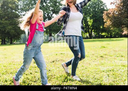 Felice madre con la figlia in un parco Foto Stock