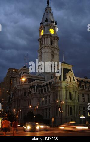 Stati Uniti. In Pennsylvania. Philadelphia City Hall. Costruito tra il 1871-1901. La cupola è decorata con la statua del fondatore della città, William Penn (1644-1718). Vista notturna.