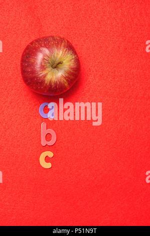Un Apple Visualizzato Con Abc Su Uno Sfondo Rosso Foto Immagine