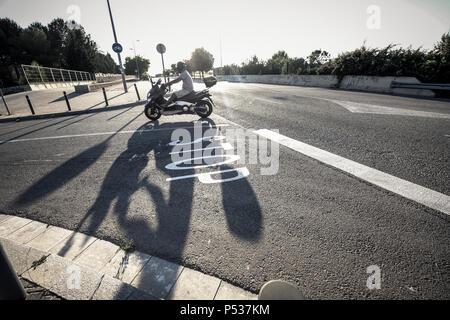 Segno di traffico su una strada senza automobili Foto Stock