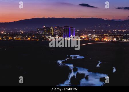 Acqua bella riflette il cielo nel Ballona zone umide con le luci della città da Marina Del Rey in background dopo il tramonto, Playa Vista, Californi Foto Stock