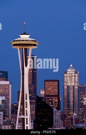 Lo Space Needle a torre di osservazione costruito per il 1962 della fiera del mondo, è una icona di Seattle, Washington. Foto Stock