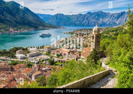 Scenic vista panoramica della storica città di Kotor con la famosa Baia di Kotor in una bella giornata di sole con cielo blu e nuvole, Montenegro, Balcani Foto Stock