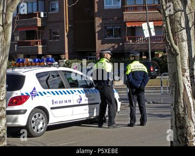 POLICIA PATRULLANDO locale. Posizione: esterno, POZUELO DE ALARCON, MADRID, Spagna. Foto Stock